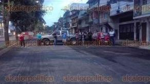 Xalapa, Ver., 22 de julio de 2017.- Un grupo de personas bloqueó la circulación de Ruiz Cortines, a la altura de los lavaderos y con dirección a Finanzas, para exigir que se termine la reparación de la vía ya que el polvo entra a sus viviendas.