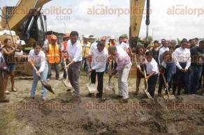 Medellín de Bravo, Ver., 24 de julio de 2017.- Miguel Ángel Yunes Linares, inauguró los trabajos de construcción de aulas y canchas en la escuela primaria