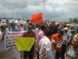 Coatzacoalcos, Ver., 24 de julio de 2017.- Organizaciones de taxistas se manifiestan en el centro de Convenciones. Están inconformes con el Reordenamiento y acusan persecución de la Policía vial y la Marina.