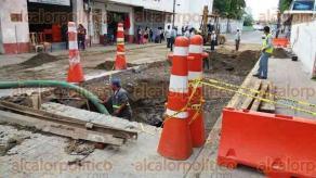 Veracruz, Ver., 24 de julio de 2017.-Grupo MAS cierra la calle Zaragoza a la altura de la calle Canal del Centro Histórico, para arreglar socavón donde el pasado viernes cayó un autobús del transporte urbano; el tráfico es lento en la zona, lo que molesta a los ciudadanos.
