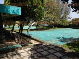 Coatepec, Ver., 24 de julio de 2017.- Durante años, en la Clínica número 17 del IMSS, las canchas de fútbol soccer, voleibol, así como dos de basquetbol, estaban a disposición del público en general permitiendo así la práctica deportiva, ahora lucen vacías.