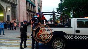 Xalapa, Ver., 24 de julio de 2017.- Dos jóvenes fueron detenidos por elementos de la Secretaría de Seguridad Pública luego de que se reportara que escandalizaban en la vía pública en aparente estado de ebriedad sobre la calle Enríquez, en el Centro de esta capital.
