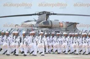 Veracruz, Ver., 25 de julio de 2017.- El comandante de la Primera Región Naval, Fernando Arturo Castañón Zamacona, presidió la Ceremonia de Graduación de 103 elementos que concluyeron los Cursos de Capacitación en las especialidades de Mecánica de Aviación Naval, Electrónica Naval y Armamento Aeronaval en la Escuela de Mecánica de Aviación Naval de Las Bajadas.