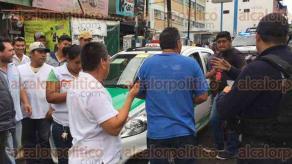 Xalapa, Ver., 25 de julio de 2017.- Taxista que se encontraba mal estacionado se negó a entregar documentación a los oficiales de Tránsito, al momento de que intentaron remolcarlo con grúa, sus compañeros comenzaron a discutir con los oficiales, finalmente sólo se levantó una infracción.