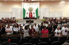Xalapa, Ver., 25 de julio de 2017.- Un grupo de personas a favor de los derechos de los animales, da la espalda a los diputados que hablan a favor de legalizar las peleas de gallos.