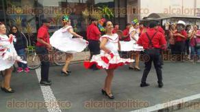 Orizaba, Ver., 25 de julio de 2017.- Con dos muestras simultáneas, una en la calle Francisco I. Madero y el Foro Orizaba, fue como inició esta tarde la cuarta edición del Festival Internacional de Folclor, a concluir este 30 de julio.