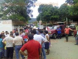 Tezonapa, Ver., 26 de julio de 2017.- Vecinos de la colonia Barranca Seca bloquearon la mañana de este miércoles la carretera estatal.