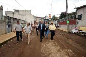 Xalapa, Ver., 26 de julio de 2017.- Este miércoles, el alcalde Américo Zúñiga Martínez encabezó el banderazo de inicio de construcción con pavimento hidráulico en la calle 2, colonia El Moral, al norte de la ciudad.