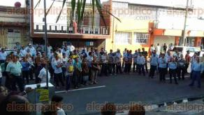 Veracruz, Ver., 26 de julio de 2017.- Trabajadores sindicalizados de TELMEX se plantaron en las afueras de la sucursal ubicada en la calle Primero de Mayo. Temen que haya despidos masivos ante las nuevas reformas del Instituto Federal de Telecomunicaciones.