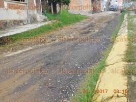 Xalapa, Ver., 26 de julio de 2017.- Vecino denuncia que desde hace 12 años no arreglan calle Naranjos, en colonia El Olmo; se lo ha pedido a los alcaldes que han pasado, pero ninguno ha dado solución.