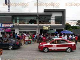 Poza Rica, Ver., 26 de julio de 2017.- Este miércoles se presentaron unas 150 personas, entre concesionarios y choferes, al módulo del Programa de Reordenamiento del Transporte Público. No se habían enterado de la prórroga.