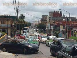 Xalapa, Ver., 27 de julio de 2017.- Cierran las calles Francisco I. Madero, Othoniel Rodríguez y parte de la avenida 20 de Noviembre para realizar trabajos en postes de luz, entorpeciendo el tránsito vehicular.