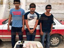 Tuxpan, Ver., 27 de julio de 2017.- Policía Estatal detuvo a 3 jóvenes, quienes llevaban a una persona en la cajuela en un taxi; llevaban 400 mil pesos en efectivo como pago del rescate, además de un arma de fuego y cartuchos.