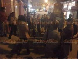 Xalapa, Ver., 15 de agosto de 2017.- Vecinos de la colonia Progreso Macuiltépetl se reunieron la noche de este martes, para expresar su inconformidad en contra de la inseguridad que se vive en la capital.