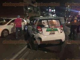 Xalapa, Ver., 16 de agosto de 2017.- Sobre la avenida Lázaro Cárdenas se registró un accidente, luego que el conductor de un vehículo impactara a un taxi y a otro auto que se encontraban detenidos en el semáforo, a la altura del negocio Auto Zone.