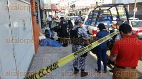 Veracruz, Ver., 16 de agosto de 2017.- Sobre la calle Manlio Fabio Altamirano entre González Pages y Díaz Mirón, fue encontrado un hombre muerto con huellas de violencia. Elementos de la Policía Naval acordonaron la zona.