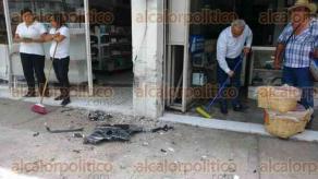 Xalapa, Ver., 16 de agosto de 2017.- Conductora de vehículo particular perdió el control de la unidad y se impactó contra un local comercial, mientras circulaba sobre la avenida Ruiz Cortines; paramédicos la atendieron en el lugar.