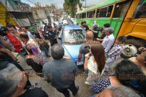 Xalapa, Ver., 16 de agosto de 2017.- Ante protesta de vecinos de la colonia Progreso, el conductor de un auto Matiz se molestó y les aventó el vehículo. Policías de la SSP se lo llevaron detenido.