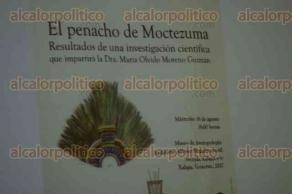 Xalapa, Ver., 16 de agosto de 2017.- En el auditorio del Museo de Antropología, la doctora María Olvido Moreno Guzmán informó sobre los resultados de la investigación científica al penacho de Moctezuma. Estuvo acompañada por la directora del MAX, Maura Ordóñez Valenzuela.