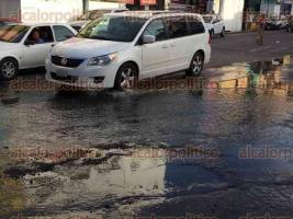 Veracruz, Ver., 16 de agosto de 2017.- Charcos de aguas fétidas y baches son el escenario al que se enfrentan diariamente los caminantes y automovilistas que transitan en la zona de mercados de la ciudad de Veracruz, sobre todo en la calle Juan Soto.