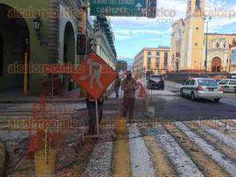 Xalapa, Ver., 17 de agosto de 2017.- Este jueves se apertura la circulación en un carril más de la calle Enríquez, quedando sólo el carril izquierdo bloqueado junto con la calle Leandro Valle.