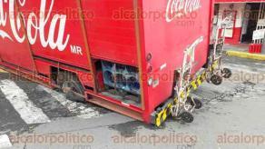 Veracruz, Ver., 17 de agosto de 2017.- Camión distribuidor de empresa refresquera se fue a un socavón entre las calles Simón Bolívar y Víctimas del 5 y 6 de Julio. Al lugar llegaron autoridades de Tránsito y Policía Estatal, para agilizar la vialidad.
