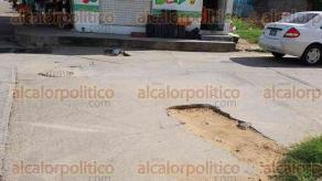 Coatzacoalcos, Ver., 17 de agosto de 2017.- Hoyos en el cruce de las avenidas Avestruces y Gavilanes han provocado caídas de vecinos y daños en automóviles que pasan diariamente por el lugar.
