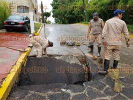 Xalapa, Ver., 17 de agosto de 2017.- En la colonia Paseo Pedregal de Las Ánimas, el personal operativo de la CMAS atendió el socavón y revisó el drenaje.