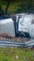 Banderilla, Ver., 17 de agosto de 2017.- La mañana de este jueves se registró la volcadura de un tráiler sobre la carretera Perote-Xalapa, antes de llegar a La Joya.