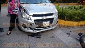 Xalapa, Ver., 17 de agosto de 2017.- La tarde de este jueves se suscitó un accidente de tránsito sobre la avenida Acueducto, esquina con la calle Ingenieros; involucró a tres vehículos, entre ellos una motocicleta. No se reportan lesionados.