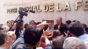 Xalapa, Ver., 18 de agosto de 2017.- El alcalde electo, Hipólito Rodríguez, acompañó a un grupo de ciudadanos que se presentaron en las instalaciones del Poder Judicial de la Federación, para interponer un juicio de amparo contra la prórroga de operación del relleno sanitario.