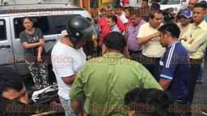 """Xalapa, Ver., 18 de agosto de 2017.- La tarde de este viernes ocurrió en un accidente entre dos camionetas, sobre la calle Úrsulo Galván, a la altura del mercado """"Los Sauces""""; un motociclista resultó afectado."""