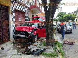 Veracruz, Ver., 18 de agosto de 2017.- Fuerte choque entre un auto particular y un taxi, en calles de la colonia 21 de Abril; algunas personas resultaron lesionadas, además se dañó un local y otro vehículo. Al lugar acudió personal de la Cruz Roja, Tránsito, policías y bomberos.