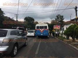 Coatepec, Ver., 18 de agosto de 2017.- Accidente entre autobús de transporte urbano y camioneta, sobre la carretera Coatepec-Xalapa, pasando la gasolinera. La circulación es lenta, ya que sólo hay un carril habilitado.
