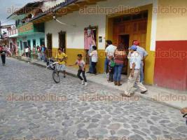 Xico, Ver., 18 de agosto de 2017.- Ante la cancelación de la vaquillada en honor a Santa Elena de la Cruz, pobladores decidieron divertirse con