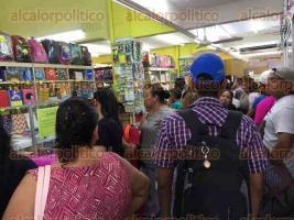 Veracruz, Ver., 20 de agosto de 2017.- Un día antes de entrar a clases, papelerías, tiendas y mercados lucen abarrotados de papás ávidos de comprar la lista de útiles que va de 2 mil a 4 mil pesos.