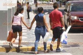 Veracruz, Ver., 20 de noviembre de 2017.- Este domingo, padres de familia realizan compras de pánico en zapaterías y en tiendas de uniformes escolares, en vísperas del inicio del ciclo escolar 2017-2018.
