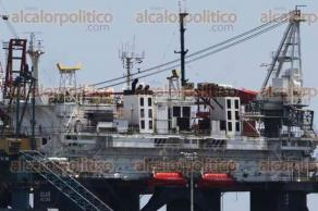 Veracruz, Ver., 20 de agosto de 2017.- Desde el malecón porteño puede observarse la plataforma habitacional Iolair Majuro, que es reparada por ingenieros del astillero Talleres Navales de Golfo. La estructura alberga a personal que trabaja en altamar en tareas petroleras, de exploración o perforación.