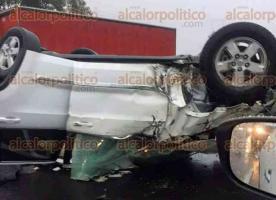 Las Vigas, Ver., 20 de agosto de 2017.- La tarde de este domingo un vehículo volcó en la autopista Perote-Xalapa, adelante de la caseta de Las Vigas. Trascendió que una persona habría fallecido por el percance.