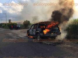 Paso del Macho, Ver., 20 de agosto de 2017.- Personal de Protección Civil y elementos de la SSP atendieron el incendio de una camioneta en la carretera Paso del Macho-Camarón de Tejeda la tarde de este domingo. No hubo heridos y se reportó pérdida total de la unidad.