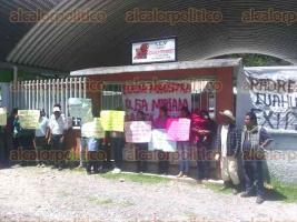 """Atlahuilco, Ver., 22 de agosto de 2017.- Padres de familia del centro de educación preescolar indígena """"Cuauhtémoc"""" acusan a la Directora del plantel de malos manejos de recursos; demandan su destitución."""