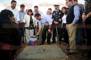 """Xalapa, Ver., 22 de agosto de 2017.- En el Día Nacional del Bombero, el alcalde Américo Zúñiga puso la primera piedra de la Estación de Bomberos Oriente """"El Castillo""""."""