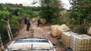 Omealca, Ver., 22 de agosto de 2017.- Entre un arroyo y cañales del ejido Miguel Hidalgo, elementos de la Policía Municipal descubrieron 16 bidones usados por huachicoleros para robar combustible a PEMEX.