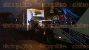 Xalapa, Ver., 22 de agosto de 2017.- Elementos de Tránsito del Estado retiraron un vehículo de la vía pública, luego de que lo reportaran a través de redes sociales como