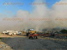 Martínez de la Torre, Ver., 22 de agosto de 2017.- El incendio en el basurero municipal ha generado grandes columnas de humo y movilizado a cuerpos de auxilio.