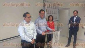 Xalapa, Ver., 23 de agosto de 2017.- El subsecretario de Derechos Humanos de la SEGOB, Roberto Campa Cifrián, se reunió con familiares de desaparecidos del Estado, en las instalaciones de la FGE, también participó el titular de ese organismo, Jorge Winckler.