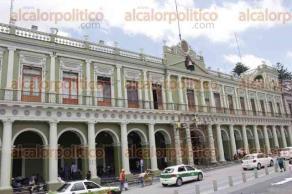 Xalapa, Ver., 23 de agosto de 2017.- Este miércoles comenzaron a pintar la fachada y lavar toldos en el patio de Palacio de Gobierno, a escasos días de comenzar los festejos del mes patrio.