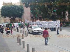 Xalapa, Ver., 23 de agosto de 2017.- La mañana de este miércoles, integrantes del Frente Popular Revolucionario marcharon sobre la calle de Enríquez por agresiones a vendedoras ambulantes.