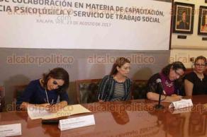 Xalapa, Ver., 23 de agosto de 2017.- En Salón Juárez se firmó el convenio de colaboración en materia de capacitación, asistencia psicológica y servicio de trabajo social, entre el Instituto Veracruzano de la Defensoría Pública y el Instituto Veracruzano de la Mujer.