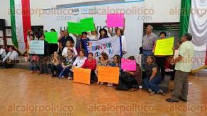 Xalapa, Ver., 18 de septiembre de 2017.- Profesores jubilados se manifestaron en la SEV, porque desde hace 3 años la dependencia les adeuda. Piden hablar con el Secretario y con el Gobernador.